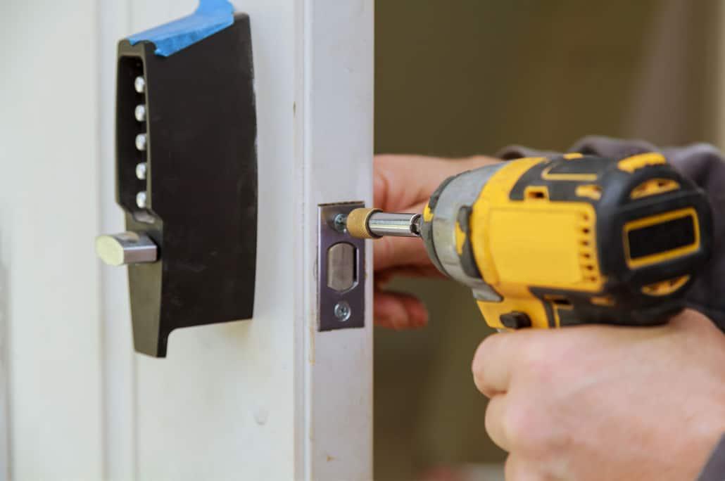 Skruemaskine monterer dørlås