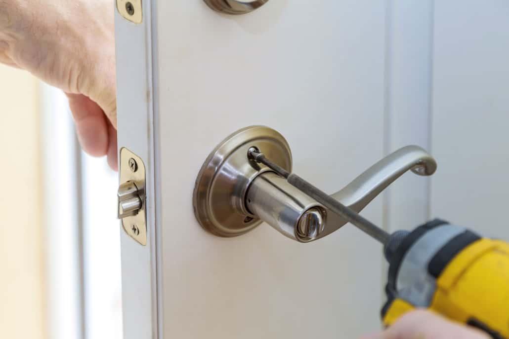 Montering af dørhåndtag og lås