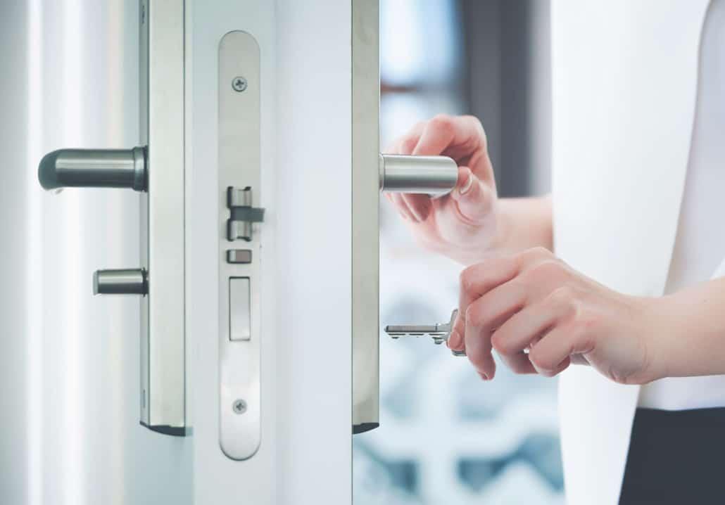 Kvinde åbner dørlås med nøgle